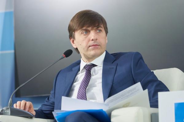 Министр просвещения Сергей Кравцов поздравил выпускников с началом нового этапа в жизни